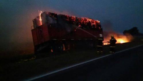 El acoplado prendido fuego y los bomberos trabajando