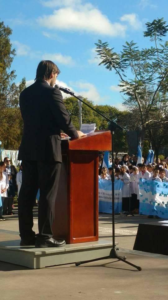 El Concejal Cristian Sarramona dejando su mensaje
